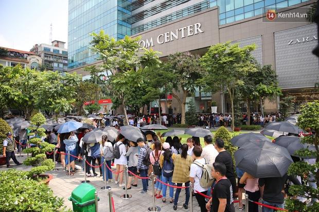 H&M khai trương: 11h mới mở cửa mà từ 9h sáng dân tình đã đội nắng xếp hàng dài dằng dặc bên ngoài chờ đợi - Ảnh 10.