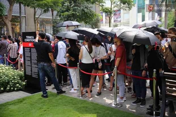 H&M khai trương: 11h mới mở cửa mà từ 9h sáng dân tình đã đội nắng xếp hàng dài dằng dặc bên ngoài chờ đợi - Ảnh 11.