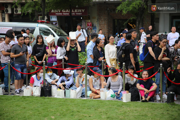 H&M khai trương: 11h mới mở cửa mà từ 9h sáng dân tình đã đội nắng xếp hàng dài dằng dặc bên ngoài chờ đợi - Ảnh 8.
