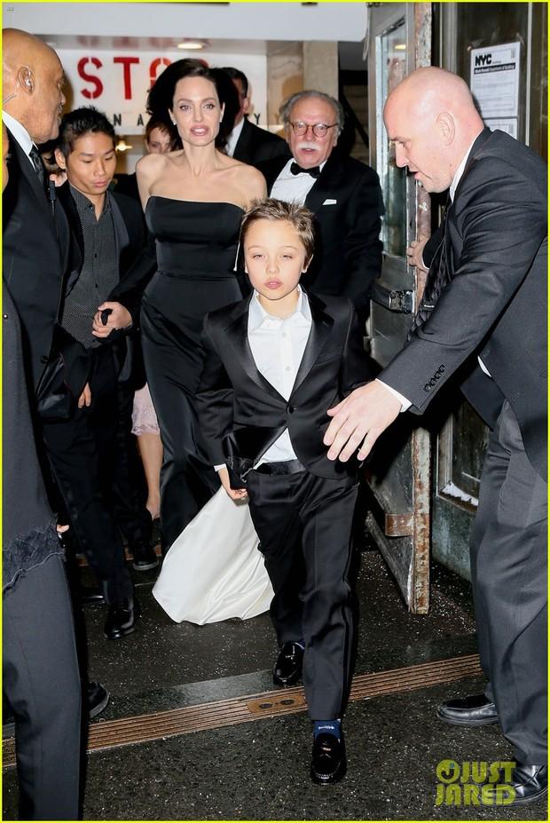 Pax Thiên diện suit lịch lãm, ra dáng người đàn ông chững chạc hộ tống Angelina Jolie tại sự kiện - Ảnh 2.