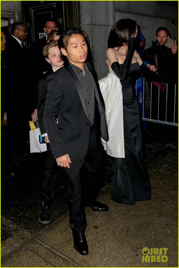 Pax Thiên diện suit lịch lãm, ra dáng người đàn ông chững chạc hộ tống Angelina Jolie tại sự kiện - Ảnh 6.