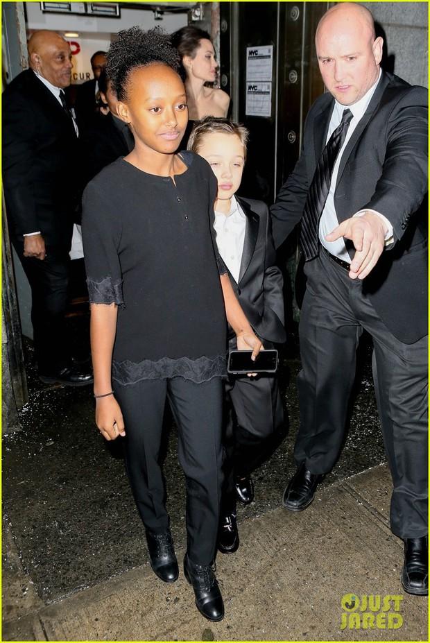 Pax Thiên diện suit lịch lãm, ra dáng người đàn ông chững chạc hộ tống Angelina Jolie tại sự kiện - Ảnh 7.