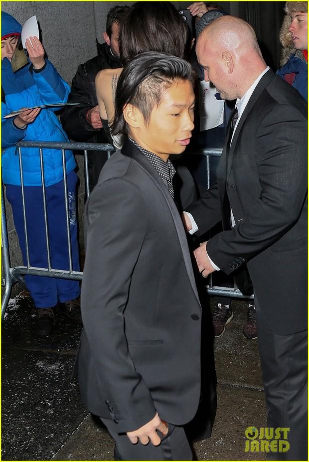 Pax Thiên diện suit lịch lãm, ra dáng người đàn ông chững chạc hộ tống Angelina Jolie tại sự kiện - Ảnh 3.