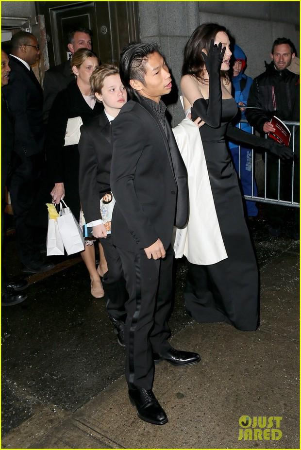 Pax Thiên diện suit lịch lãm, ra dáng người đàn ông chững chạc hộ tống Angelina Jolie tại sự kiện - Ảnh 5.