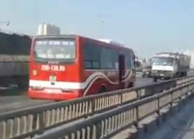 Hà Nội: Truy tìm xe khách chạy ngược chiều, phóng vun vút trên đường vành đai 3 - Ảnh 1.