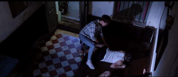 Duy Khánh bị cha ép mặc đồ con gái rồi hiếp dâm trong tập 3 Bầu trời của Khánh - Ảnh 4.