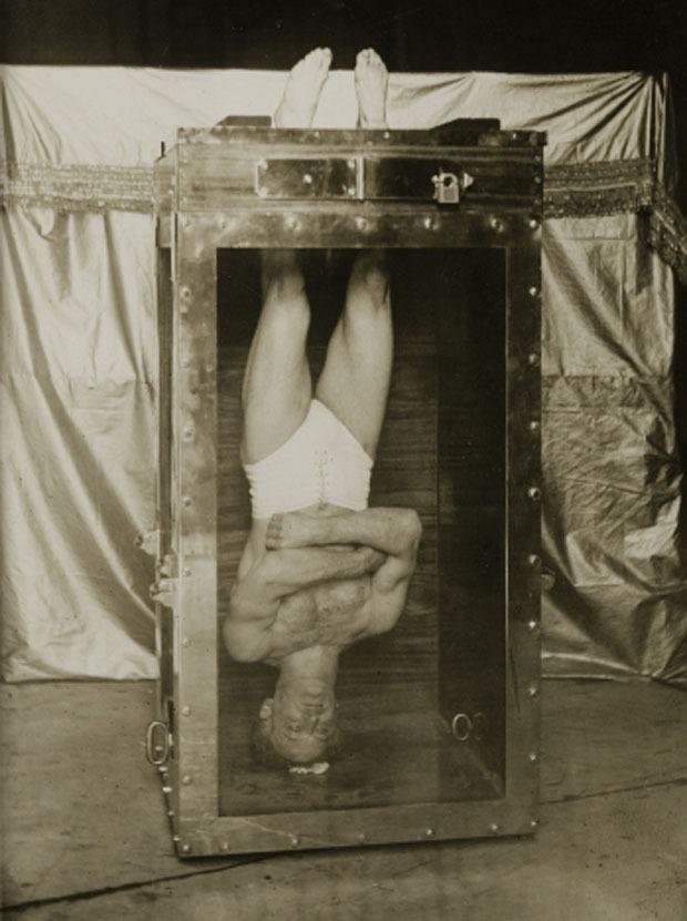 Vén bức màn ảo thuật - gông chân, còng tay, treo ngược đầu trong hộp nước mà vẫn thoát ra tài tình - Ảnh 3.