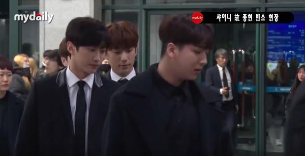 Đêm cuối cùng viếng Jonghyun: Sulli và Krystal gây chú ý, Yoo Jae Suk, Lee Kwang Soo, Seventeen và loạt nhóm nhạc xuất hiện - Ảnh 27.