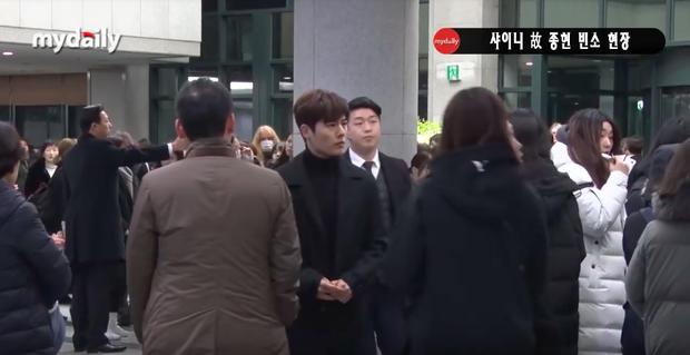 Đêm cuối cùng viếng Jonghyun: Sulli và Krystal gây chú ý, Yoo Jae Suk, Lee Kwang Soo, Seventeen và loạt nhóm nhạc xuất hiện - Ảnh 20.