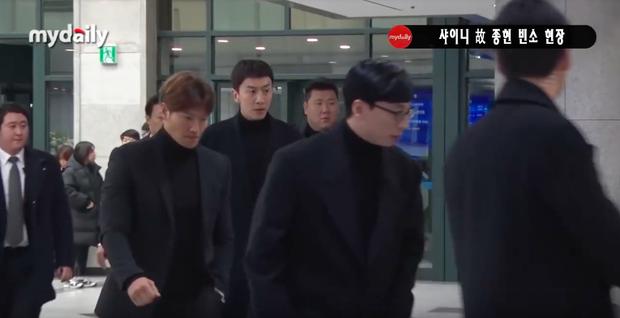 Đêm cuối cùng viếng Jonghyun: Sulli và Krystal gây chú ý, Yoo Jae Suk, Lee Kwang Soo, Seventeen và loạt nhóm nhạc xuất hiện - Ảnh 2.