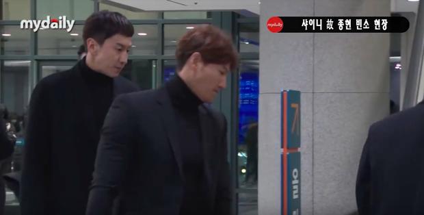 Đêm cuối cùng viếng Jonghyun: Sulli và Krystal gây chú ý, Yoo Jae Suk, Lee Kwang Soo, Seventeen và loạt nhóm nhạc xuất hiện - Ảnh 3.