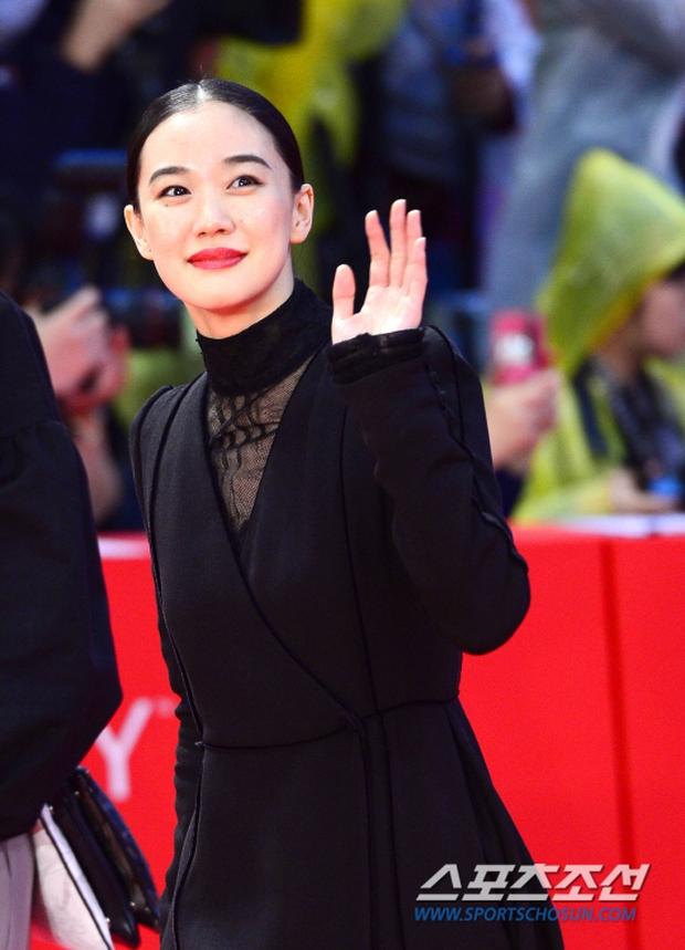 Thảm đỏ hot nhất hôm nay: Yoona khoe lưng trần bên tài tử Jang Dong Gun, sao Vì sao đưa anh tới lộ hàng - Ảnh 20.
