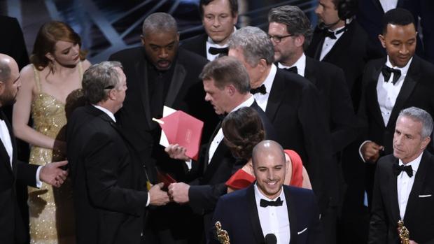 """Người trao phong bì của Oscar """"làm việc riêng"""" ngay trước thời khắc quan trọng nhất - Ảnh 1."""