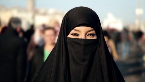 Không chỉ được phép lái xe, phụ nữ Ả Rập giờ còn có thể vào sân vận động như cánh mày râu - Ảnh 2.