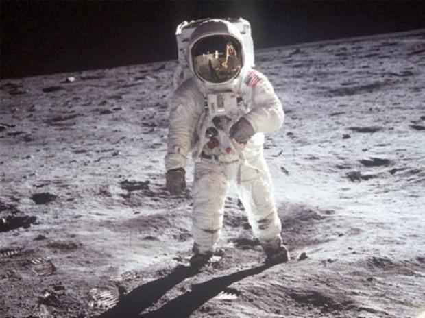 Chắc là bạn chưa biết: Bộ đồ du hành vũ trụ của Neil Armstrong được chế tạo ở... xưởng sản xuất đồ lót phụ nữ - Ảnh 2.