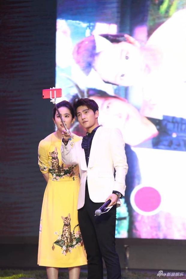 Vừa úp mở chuyện chia tay với Song Seung Hun, Lưu Diệc Phi đã rạng rỡ và tình tứ bên người tình màn ảnh kém 4 tuổi - Ảnh 10.