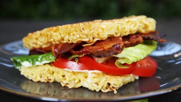 Thêm một cách ăn mới lạ từ mì gói: Rõ ràng là mì mà tưởng đang ăn burger - Ảnh 13.