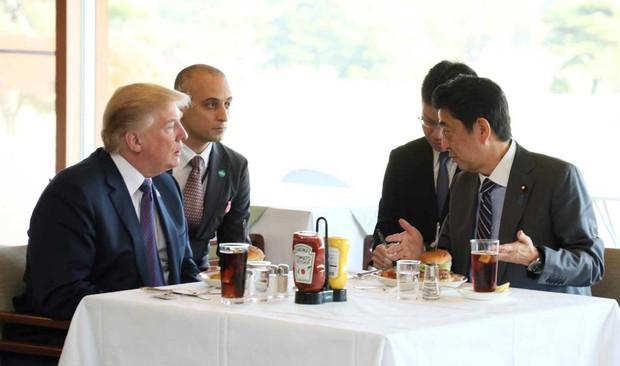 Chiếc hamburger tổng thống Donald Trump từng ăn đang được bán đắt như tôm tươi ở Nhật có gì? - Ảnh 1.