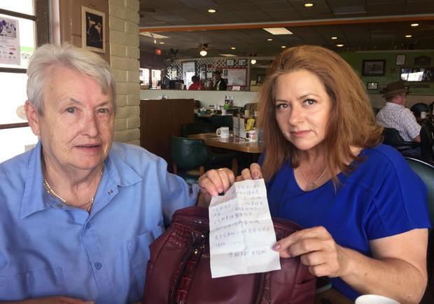 Một phụ nữ bất ngờ phát hiện lá thư kêu cứu bên trong chiếc túi mua ở Walmart - Ảnh 2.