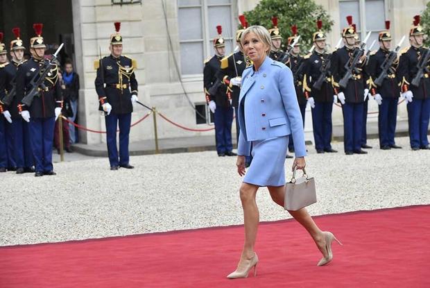 Đệ nhất phu nhân Pháp gây chú ý khi mặc đồ đi mượn trong lễ nhậm chức của chồng - Ảnh 2.