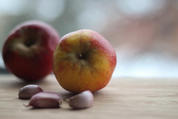 Tha hồ ăn các món chứa tỏi vì chỉ cần ăn loại quả này sau đó là sẽ bay hết mùi - Ảnh 1.