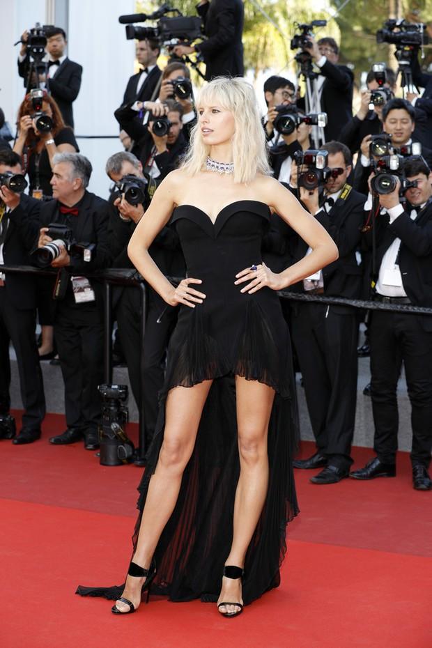 Nữ diễn viên vô danh diện váy hở bạo trở thành bà hoàng thảm đỏ tại Cannes - Ảnh 10.