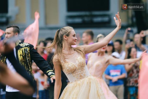 Dàn trai xinh gái đẹp ngoại quốc trong carnival nghệ thuật đầu tiên ở phố đi bộ hồ Gươm - Ảnh 7.