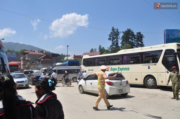 Người và xe đổ về Sa Pa đông nghịt, du khách xếp hàng dài mua vé cáp treo lên Fansipan - Ảnh 3.