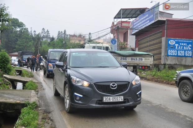Người và xe đổ về Sa Pa đông nghịt, du khách xếp hàng dài mua vé cáp treo lên Fansipan - Ảnh 2.