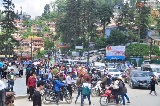 Người và xe đổ về Sa Pa đông nghịt, du khách xếp hàng dài mua vé cáp treo lên Fansipan - Ảnh 7.