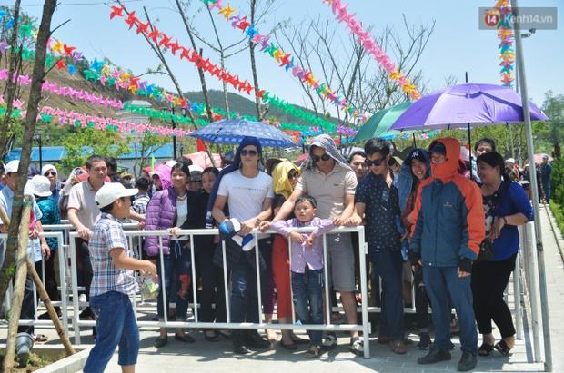 Người và xe đổ về Sa Pa đông nghịt, du khách xếp hàng dài mua vé cáp treo lên Fansipan - Ảnh 12.