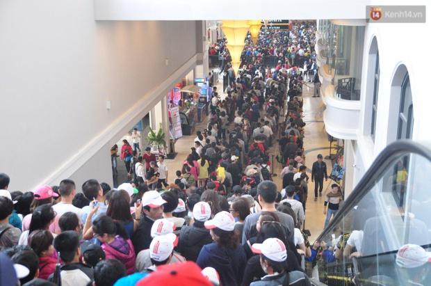 Người và xe đổ về Sa Pa đông nghịt, du khách xếp hàng dài mua vé cáp treo lên Fansipan - Ảnh 9.