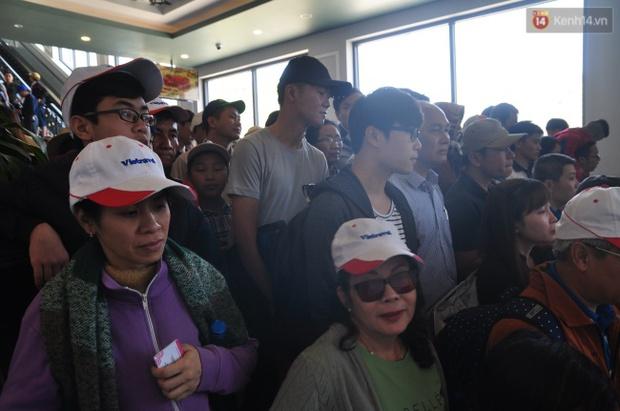 Người và xe đổ về Sa Pa đông nghịt, du khách xếp hàng dài mua vé cáp treo lên Fansipan - Ảnh 10.