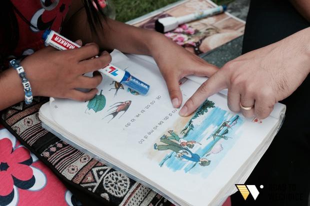 Anh nhân viên ngân hàng dành giờ nghỉ trưa mỗi ngày để dạy chữ cho cô bé vé số ngay trên vỉa hè Sài Gòn - Ảnh 9.
