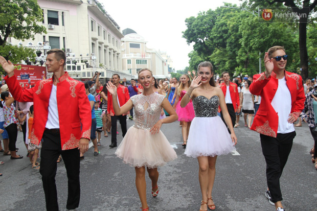 Dàn trai xinh gái đẹp ngoại quốc trong carnival nghệ thuật đầu tiên ở phố đi bộ hồ Gươm - Ảnh 2.