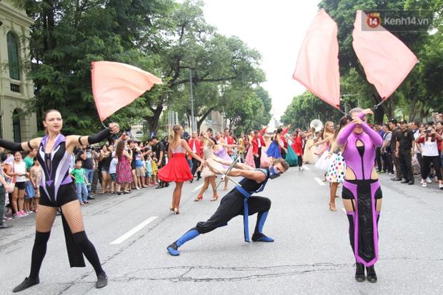 Dàn trai xinh gái đẹp ngoại quốc trong carnival nghệ thuật đầu tiên ở phố đi bộ hồ Gươm - Ảnh 4.
