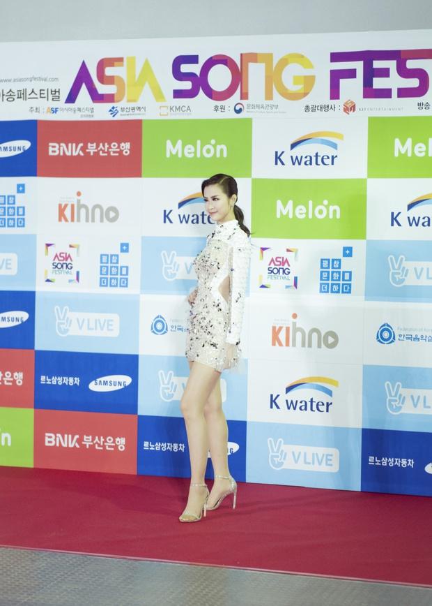 Diện váy xuyên thấu tỏa sáng, Đông Nhi được khen ngợi trên thảm đỏ Asia Song Festival 2017 - Ảnh 5.