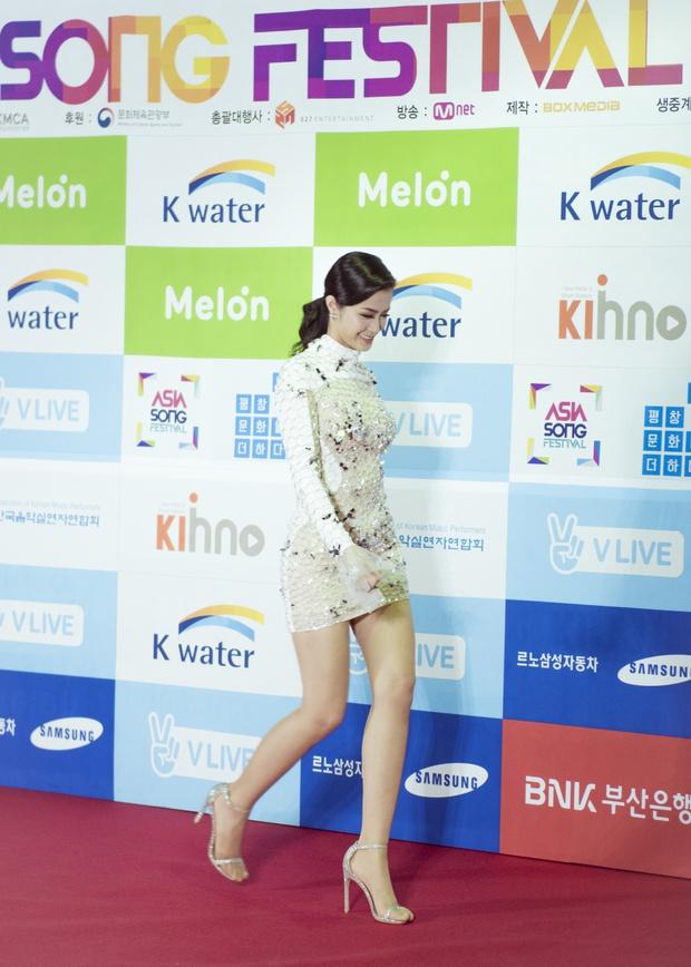 Thảm đỏ Asia Song Festival: Đông Nhi được báo Hàn khen ngợi hết lời, sánh bước bên loạt sao thế giới - Ảnh 1.