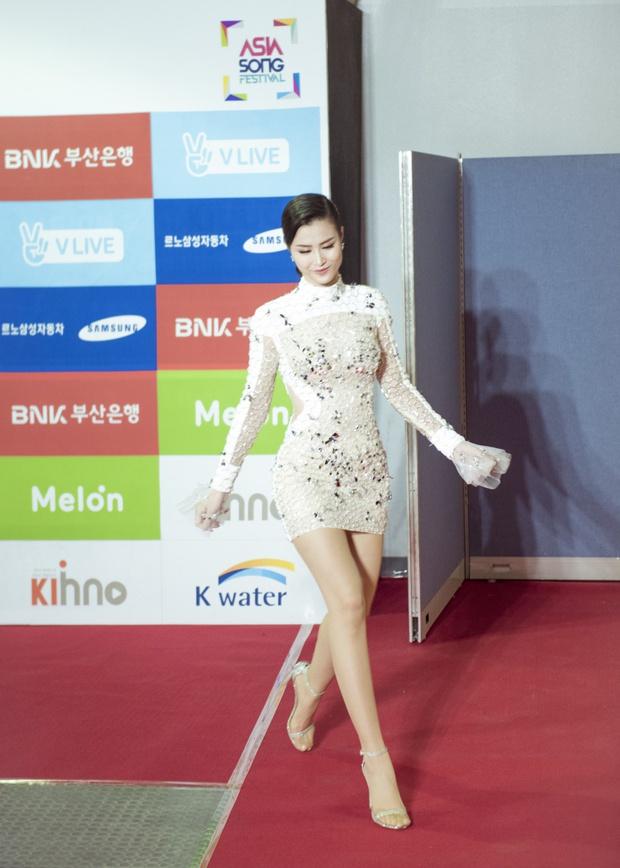 Thảm đỏ Asia Song Festival: Đông Nhi được báo Hàn khen ngợi hết lời, sánh bước bên loạt sao thế giới - Ảnh 2.