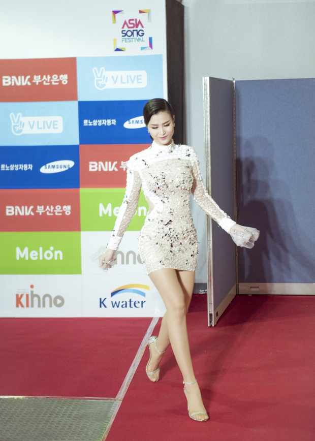 Diện váy xuyên thấu tỏa sáng, Đông Nhi được khen ngợi trên thảm đỏ Asia Song Festival 2017 - Ảnh 7.
