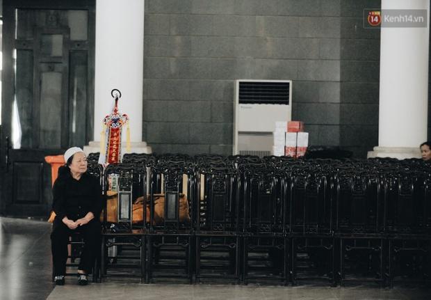Hình ảnh khiến ai cũng rơi nước mắt: Vợ thầy Văn Như Cương ngồi khóc bên linh cữu, không thể đứng vững khi cử hành tang lễ - Ảnh 11.