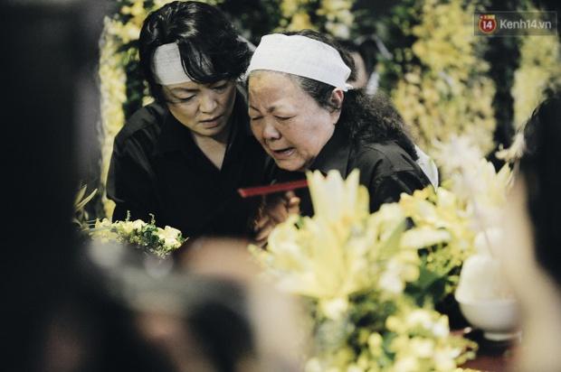 Hình ảnh khiến ai cũng rơi nước mắt: Vợ thầy Văn Như Cương ngồi khóc bên linh cữu, không thể đứng vững khi cử hành tang lễ - Ảnh 13.