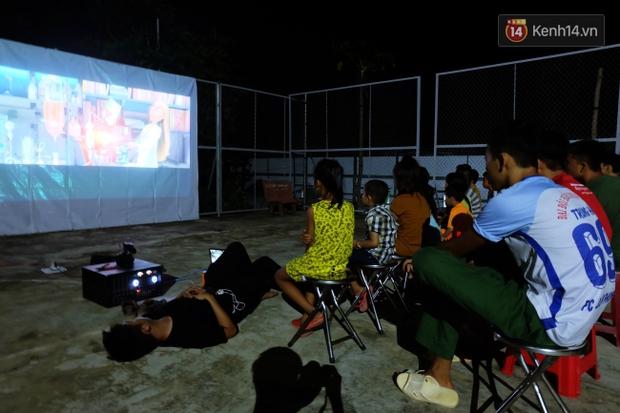 Rạp phim 300k vượt 300km ra biển, đem ciné cho tụi con nít nghèo trên đảo Hòn Chuối - Ảnh 12.