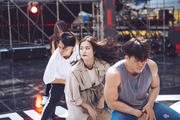 Trang điểm nhẹ nhàng, Đông Nhi đẹp cuốn hút trên sân khấu tổng duyệt Asia Song Festival 2017 - Ảnh 4.