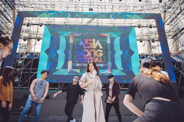 Trang điểm nhẹ nhàng, Đông Nhi đẹp cuốn hút trên sân khấu tổng duyệt Asia Song Festival 2017 - Ảnh 5.