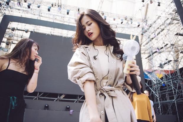 Trang điểm nhẹ nhàng, Đông Nhi đẹp cuốn hút trên sân khấu tổng duyệt Asia Song Festival 2017 - Ảnh 6.