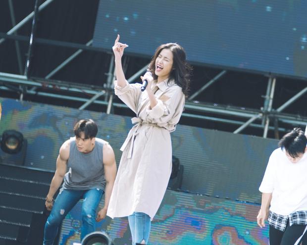 Trang điểm nhẹ nhàng, Đông Nhi đẹp cuốn hút trên sân khấu tổng duyệt Asia Song Festival 2017 - Ảnh 9.