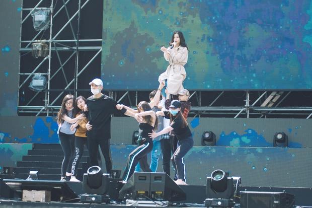 Trang điểm nhẹ nhàng, Đông Nhi đẹp cuốn hút trên sân khấu tổng duyệt Asia Song Festival 2017 - Ảnh 12.