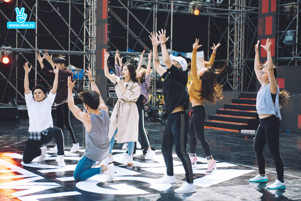 Trang điểm nhẹ nhàng, Đông Nhi đẹp cuốn hút trên sân khấu tổng duyệt Asia Song Festival 2017 - Ảnh 3.