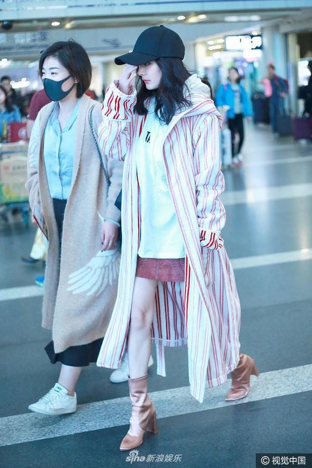 Những màn khoe chân đỉnh cao chứng minh: Dương Mịch chính là nữ hoàng sân bay số 1 Cbiz! - Ảnh 4.